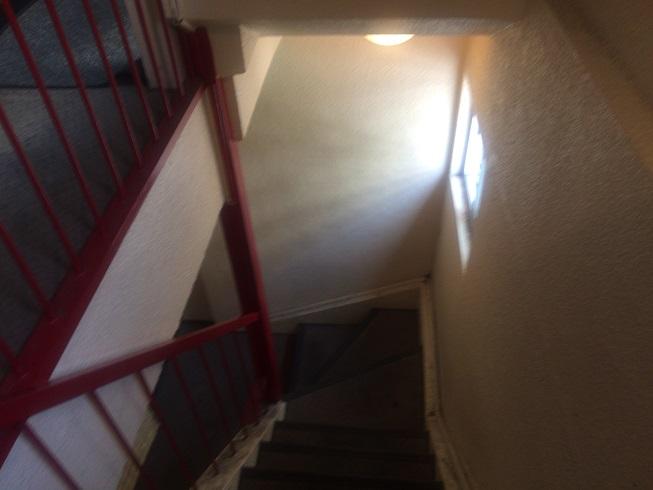 雑居ビルの階段