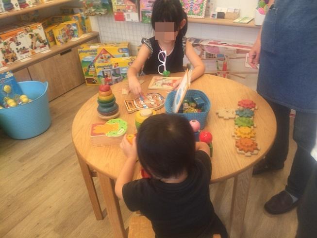 プレイスペースで遊ぶ2歳、5歳のこども