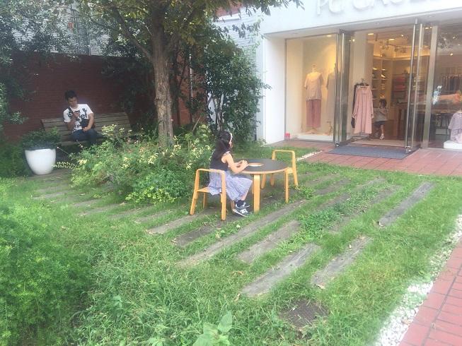 PG GAUZE前にあるテーブルで積木遊びをする女の子