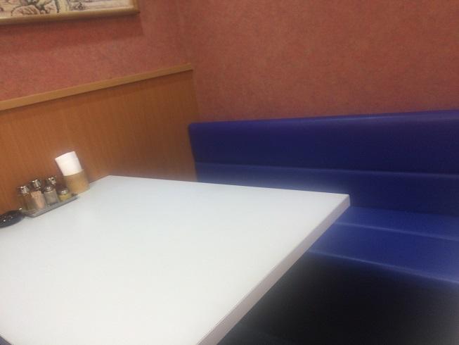 店奥のテーブル