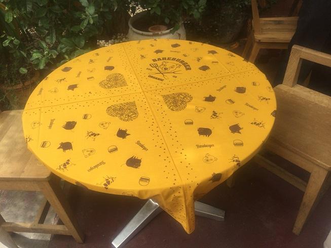 クマの絵がかいてあるテラス席のテーブル
