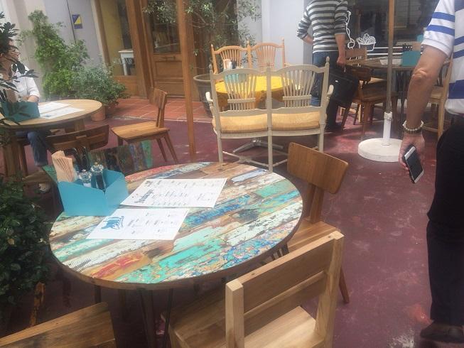 テラス席の丸テーブル