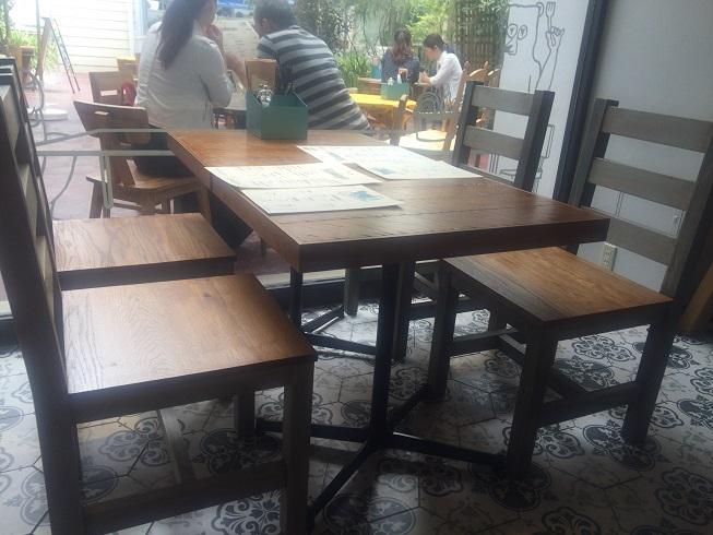 すぐ横のテーブル