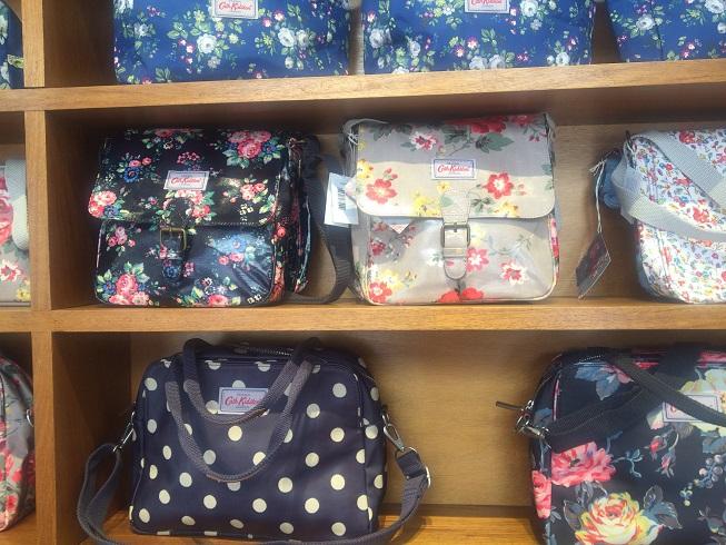 紺色の花柄バッグ