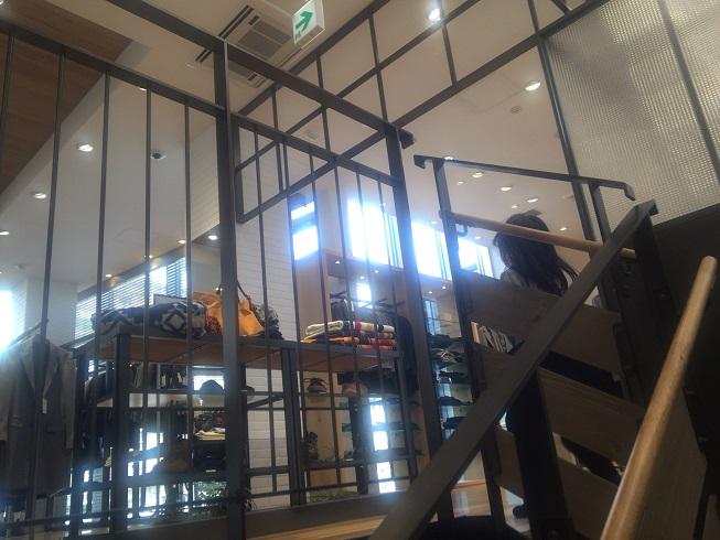 2階メンズコーナーに続く階段
