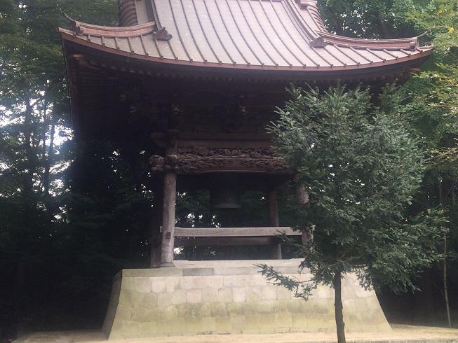仁王門をくぐったすぐ左にある鐘