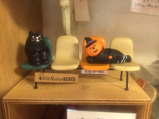 ベンチに横たわるハロウィンのかぼちゃ