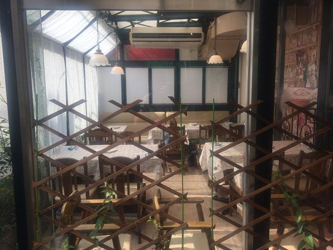 入口左横のテーブル