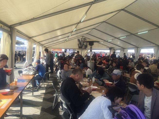 東京ラーメンショー会場でらーめんを食べる人々