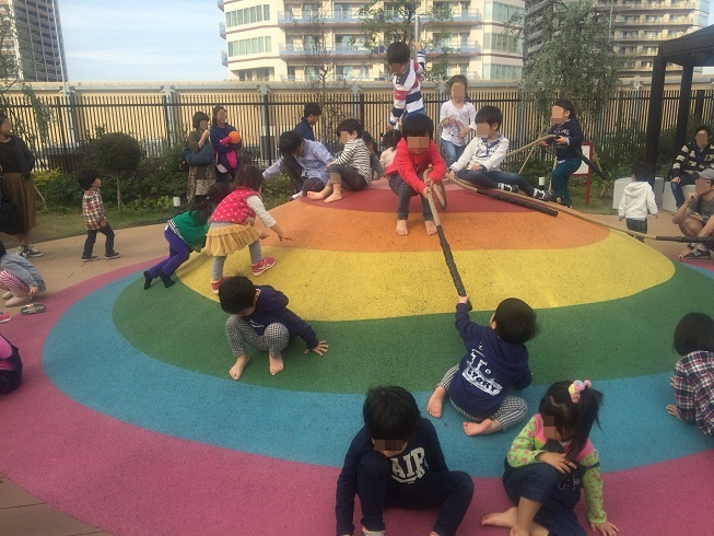 虹色山で遊ぶ子供達