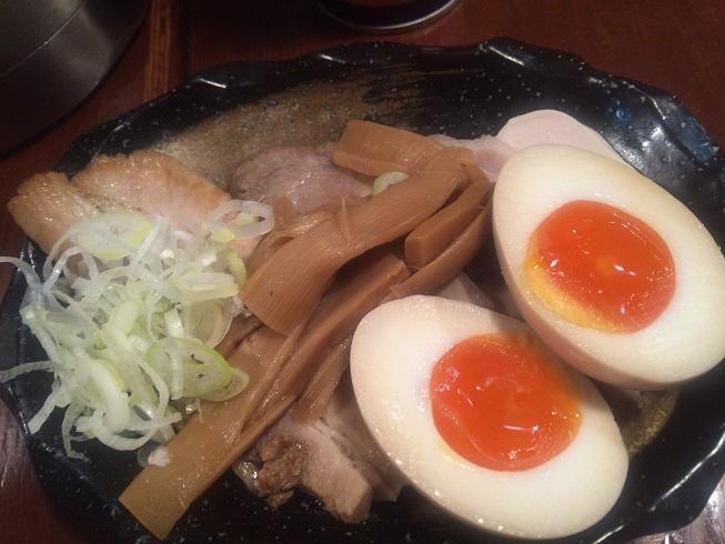 煮卵、メンマ、ネギ、4種のチャーシュー
