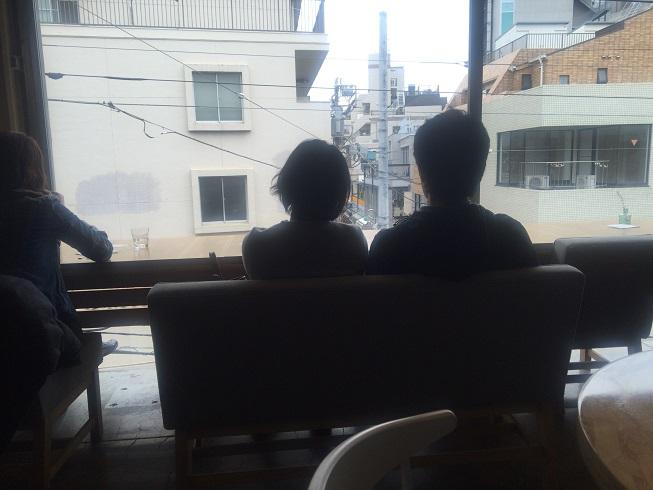 ソファ席でくつろぐカップル
