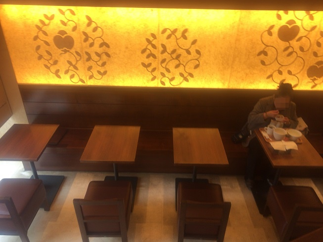 ナナズティールームで食事を楽しむ女性