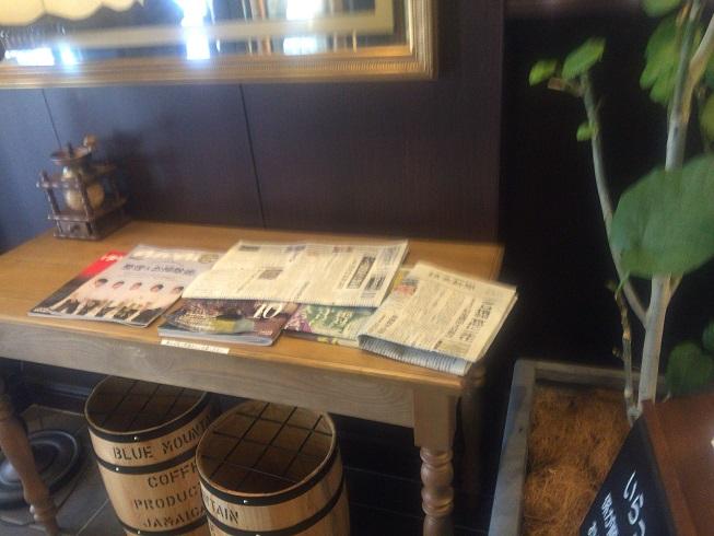店内入ってすぐの場所に置かれた新聞