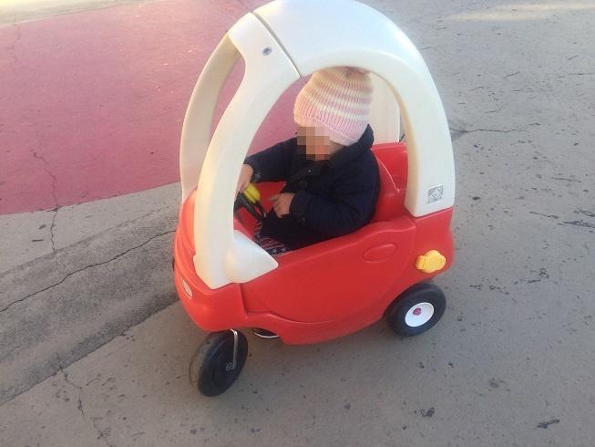 おもちゃ王国の3輪車を楽しむ2歳の息子