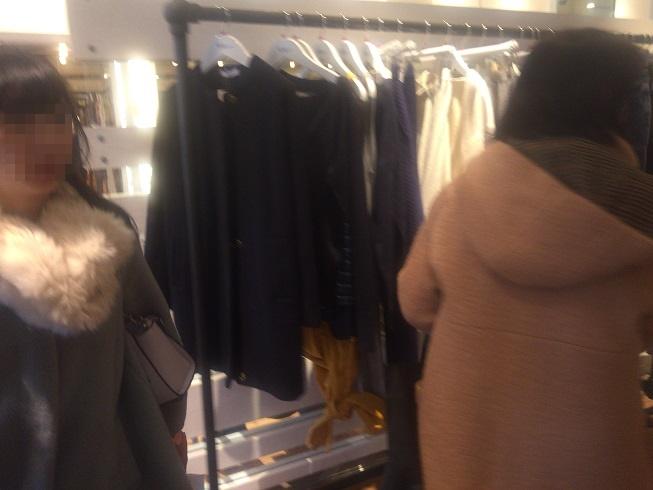 混雑する店内で商品を見極める女性達