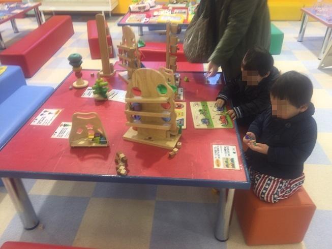 積木のおもちゃで遊ぶ2歳の長男