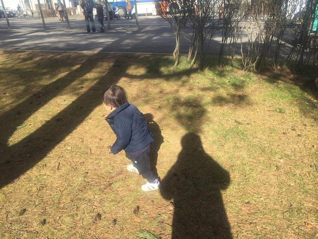 軽井沢駅前の広場ではしゃぐ2歳の息子