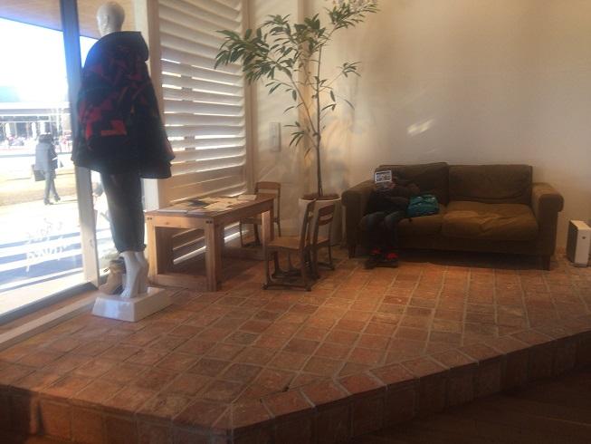 入り口横のソファー