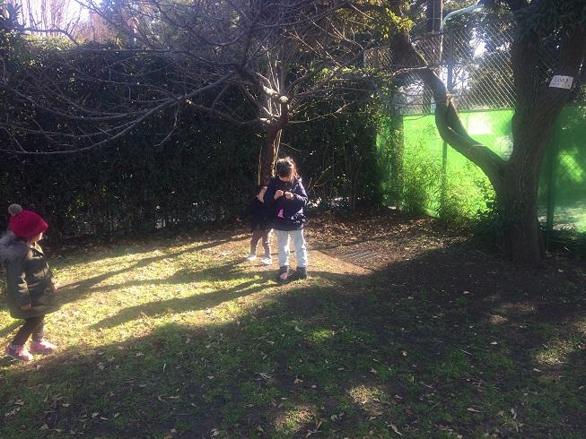 空き地で遊ぶ子供達