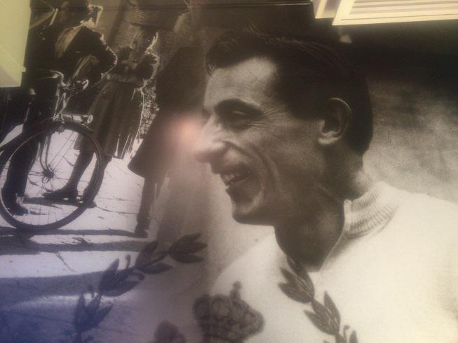 ビアンキカフェの壁に描かれた歴代の名レーサー