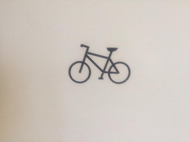 2階カフェ入口の自転車マーク