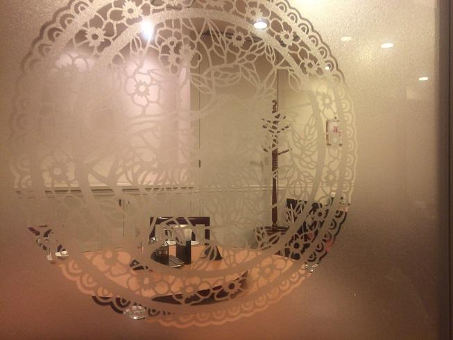 曇りガラス越しの隣のテーブル