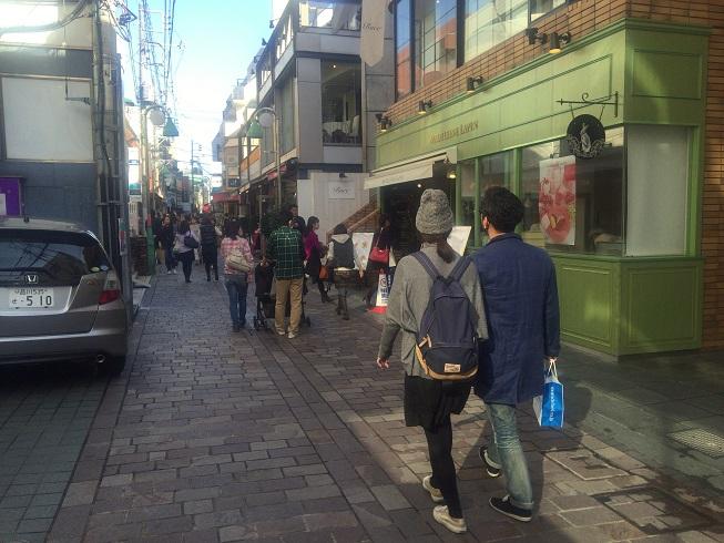 サンセットアレイ通りを歩くカップル