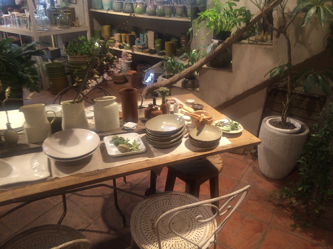 店内のテーブルに置かれた食器や雑貨類