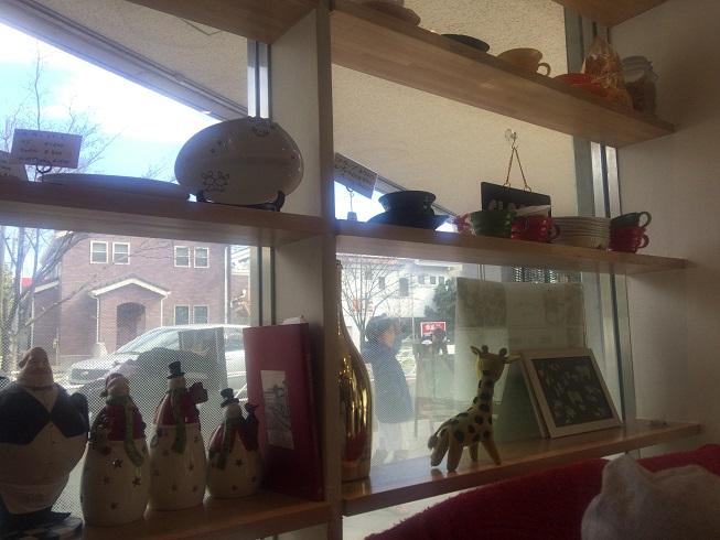 棚に飾られた雑貨類
