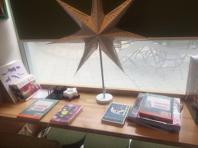 ソファ横のテーブルに置いてある絵本や雑誌類