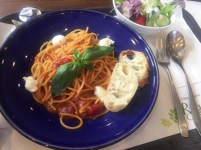 モッツァレラと生バジルのトマトソース