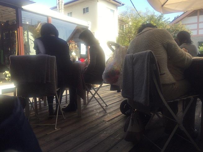 テラスで食事を楽しむ女性たち