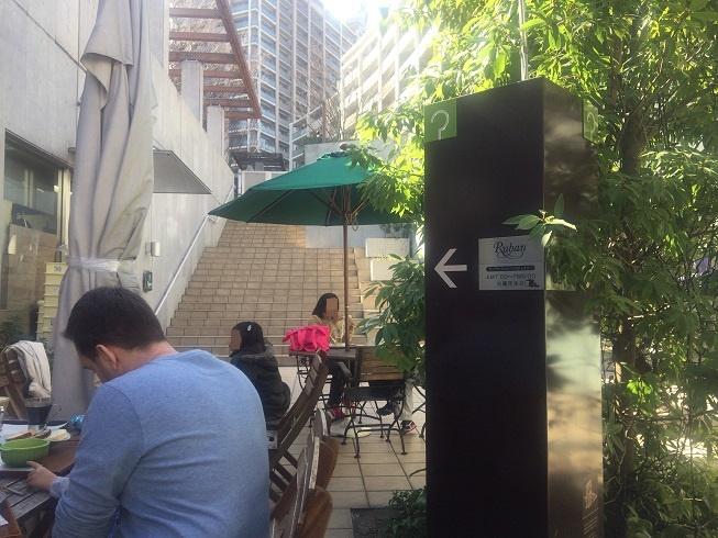 Rubanのテラスでランチを食べる人々