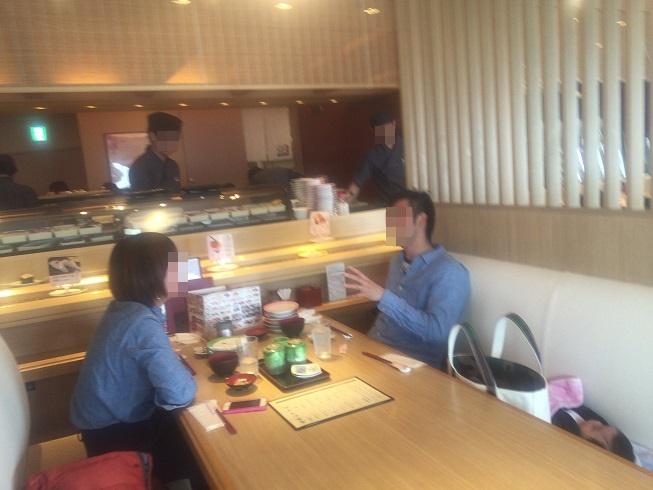 カウンター横テーブルで食べるカップル