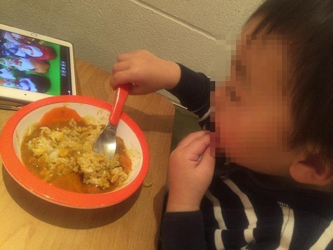 カレーを食べる息子