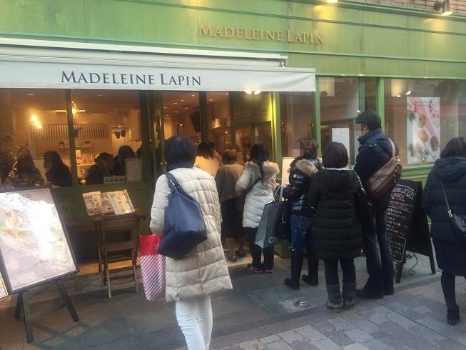 マドレーヌラパン自由が丘店前で焼きたてマドレーヌを待つ人々