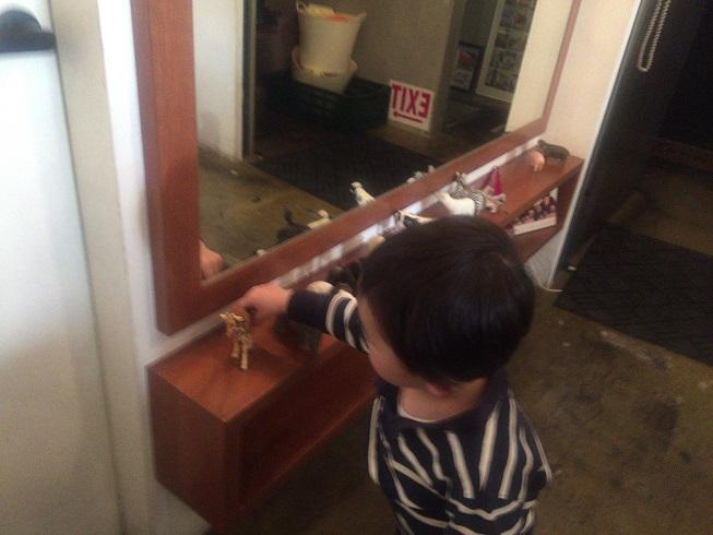 オブジェの動物で遊ぶ息子