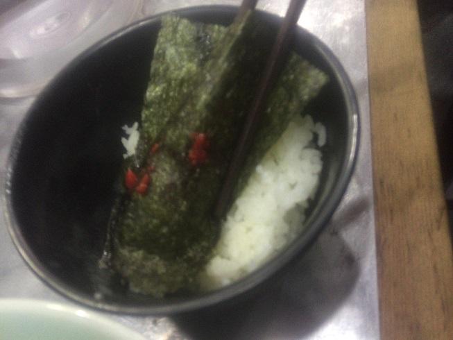 ごはんに海苔と豆板醤を乗せ食べる。