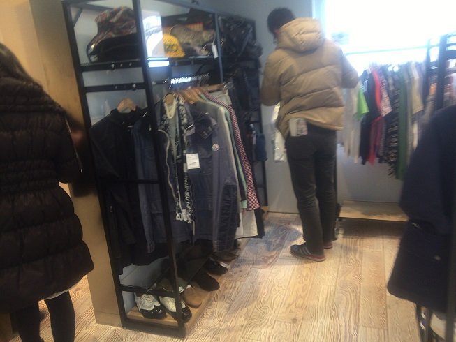 3階で服を選ぶ男性