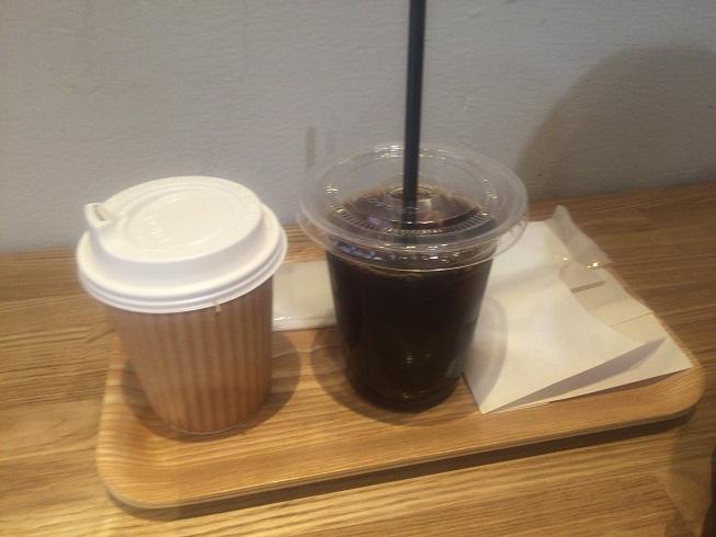 アイスコーヒーとホットコーヒーとマドレーヌバニラ味