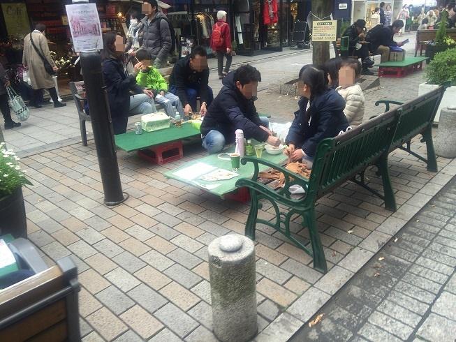 モンソーフルール前ベンチでお花見しながらご飯を食べる家族