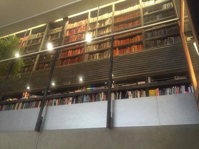 1階から2階を見上げると同じような本が陳列されている