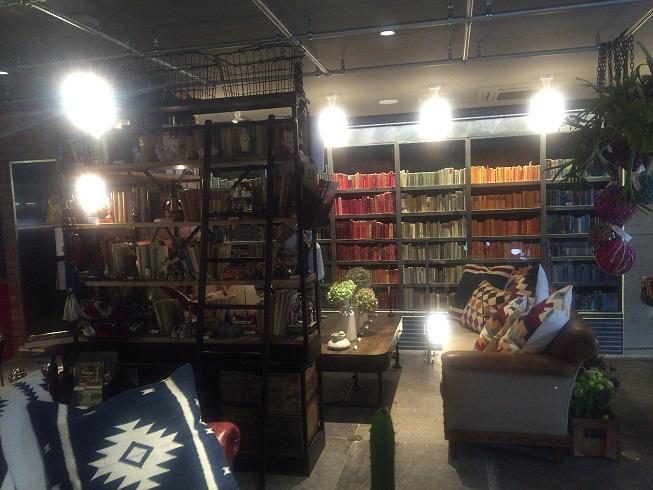 本棚とソファ