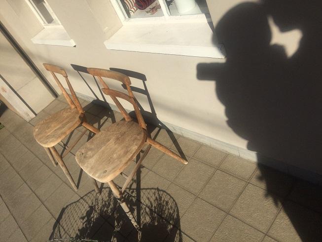 店前の椅子