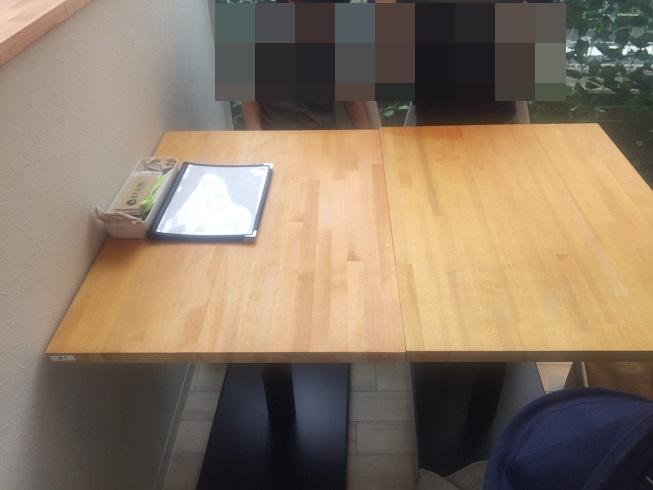お店に入ったすぐの4人掛けテーブル