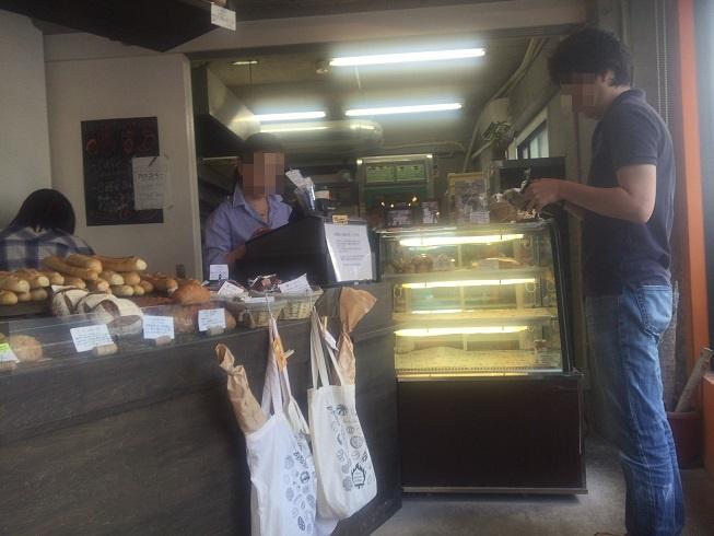 パンを購入する男性