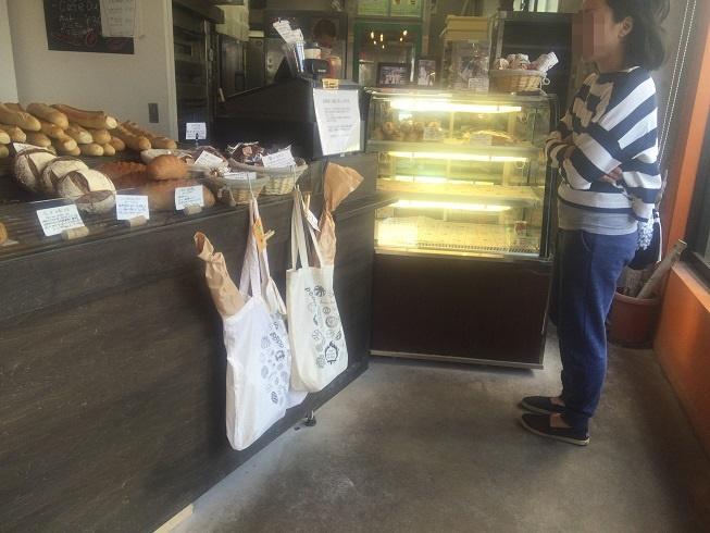 パンを選ぶのに迷う女性