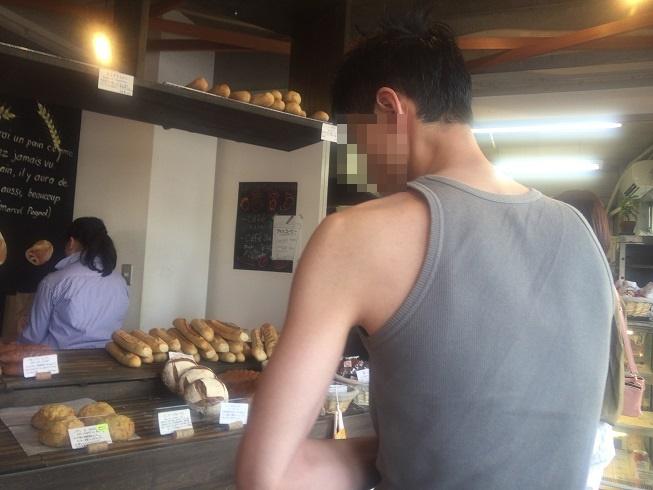パンを選ぶ男性