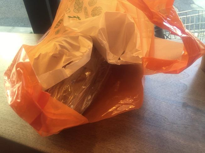 袋にいれてもらったパン